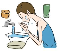 朝の洗顔をぬるま湯だけで済ませる女性